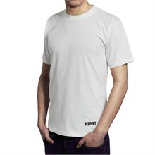 Bílé tričko s krátkým rukávem a logem